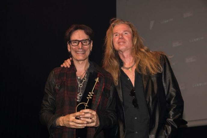 Steve Vai blij met Sena European Guitar Award