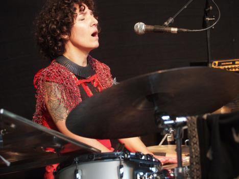 SImone zingt met drums