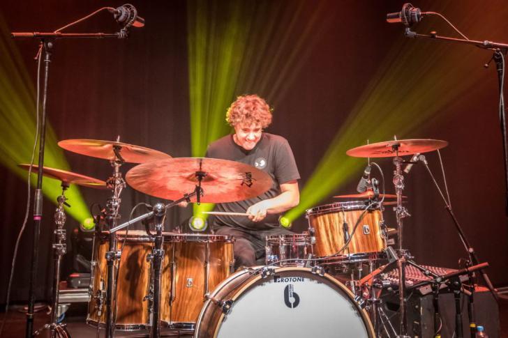 Kasabian-drummer Ian Matthews drumclinic bij Adams in Lummen