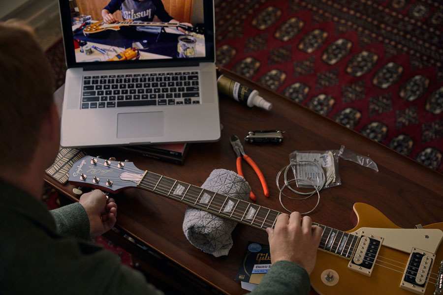 Stel zelf je gitaar af onder leiding van een gitaarbouwer van Gibson
