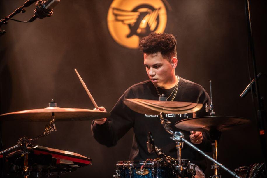 Kick Woudstra speelt bij acts als Typhoon, Ronnie Flex, Smandem. en Gino Cochise